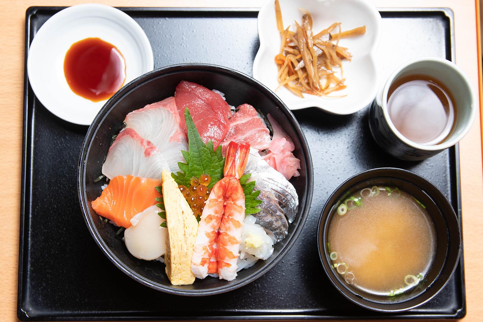 海鮮丼 ¥1,450【税込】(小付け・みそ汁付き)