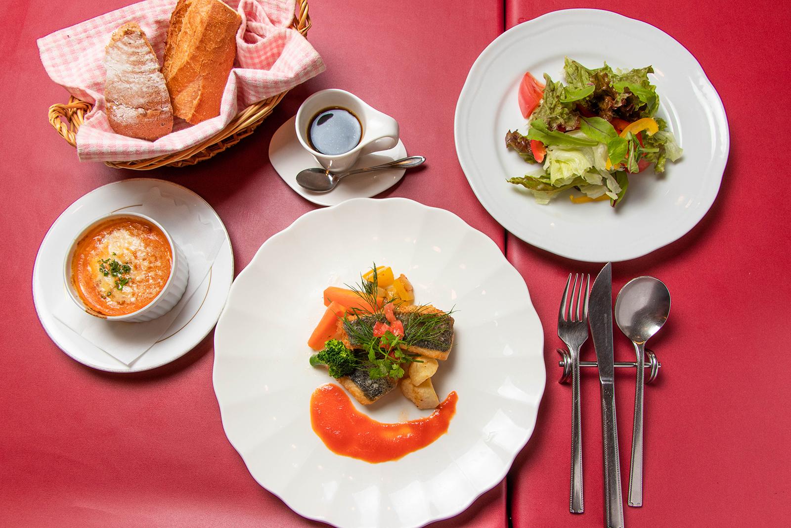 ランチ《白身魚のソテー トマトソース》¥1,840【税込】